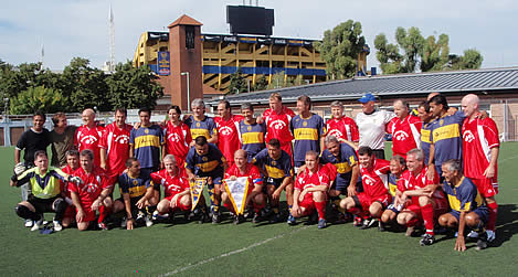 Los Boston Braves y Boca Juniors en Casa Amarilla posan antes de disputar en amistoso.